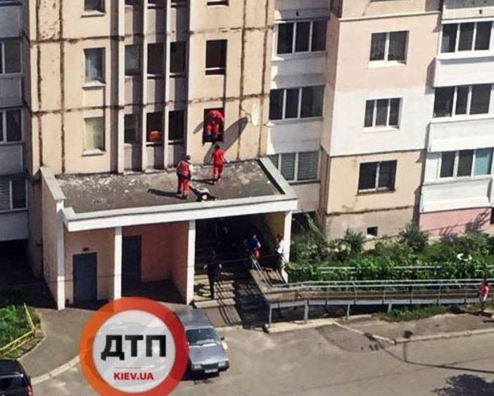 В столице выпала из окна девушка-подросток / фото - dtp.kiev.ua