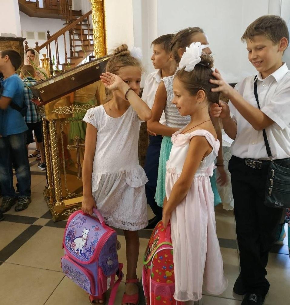 Школьники из Одессы и Южного получили рюкзачки от священников / eparhiya.od.ua