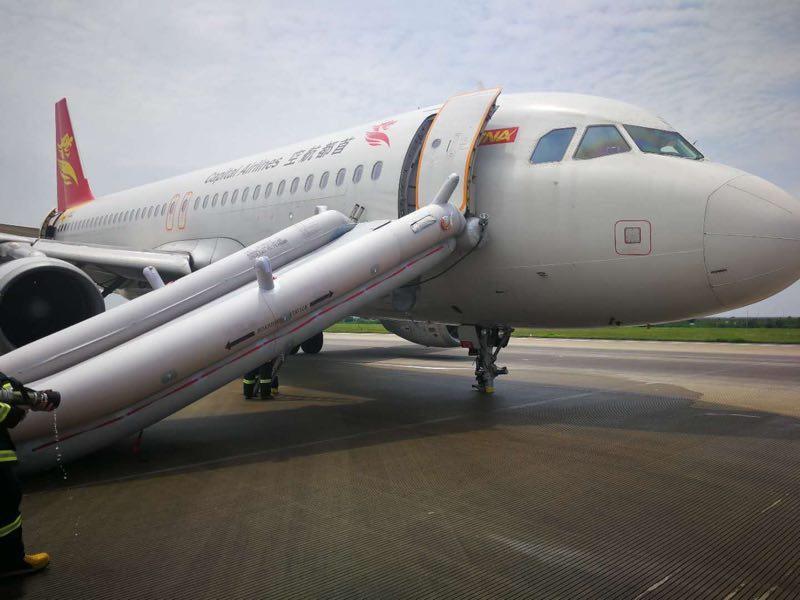 У Китаї літак зі 166 людьми на борту здійснив жорстку посадку з пошкодженим шасі / Twitter - JACDEC