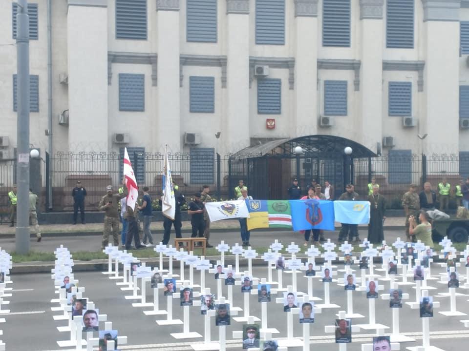 Они держат в руках флаги Украины и плакаты \ Иван Татауров Facebook