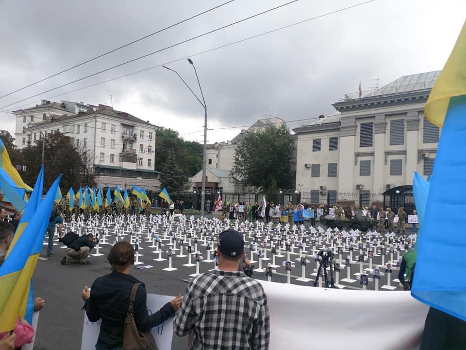 На акції під посольством Росії присутні декілька десятків людей \ Іван Татауров Facebook