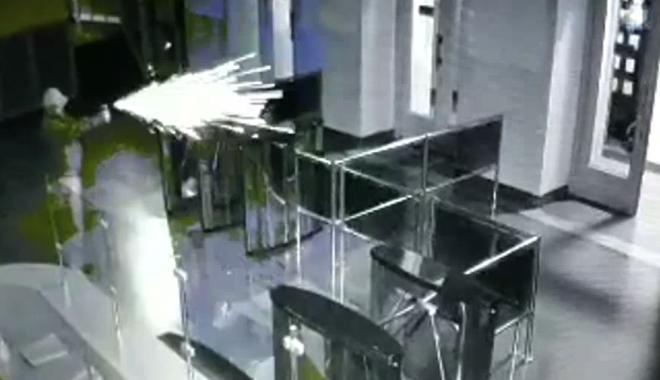 У входных дверей лежит раненый охранник / Скриншот