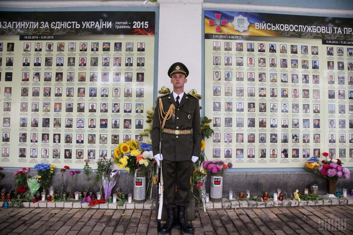 На Михайлівській площі стоїть почесна варта / фото УНІАН