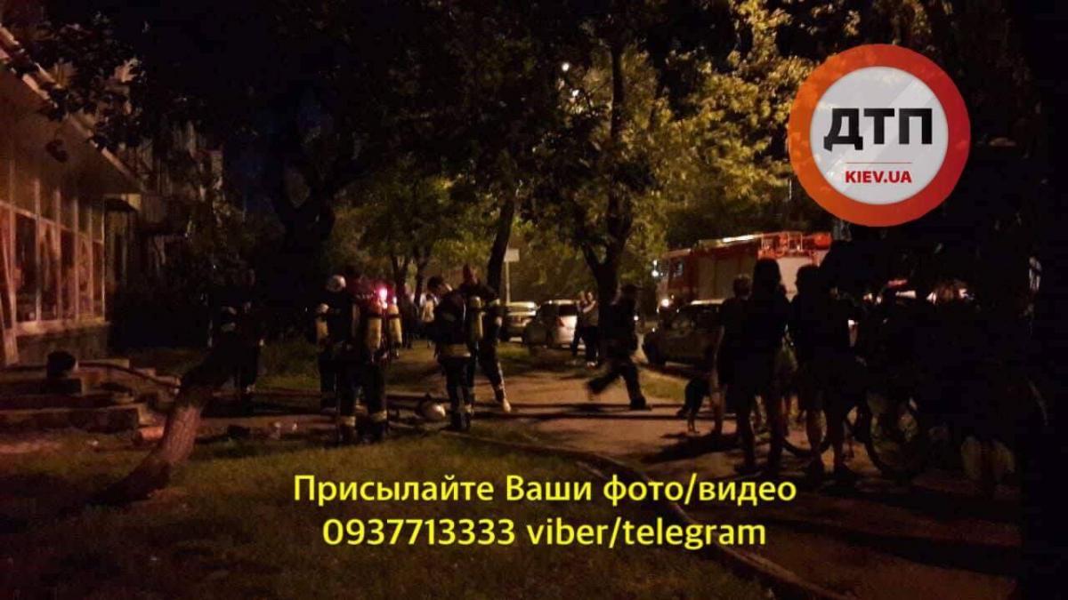 На місце події прибули кілька машин ДСНС, швидких та екіпажів поліції / фото facebook.com/dtp.kiev.ua