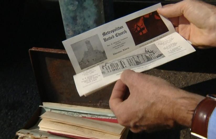 В обох капсулах різні документи і місцеві газети, що відображають новини того часу / Фото CTV
