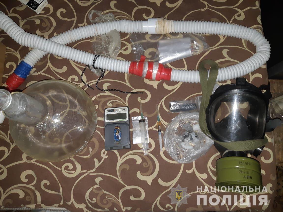 В ході обшуку виявлено обладнання та прекурсори для виготовлення наркотиків/ фото od.npu.gov.ua