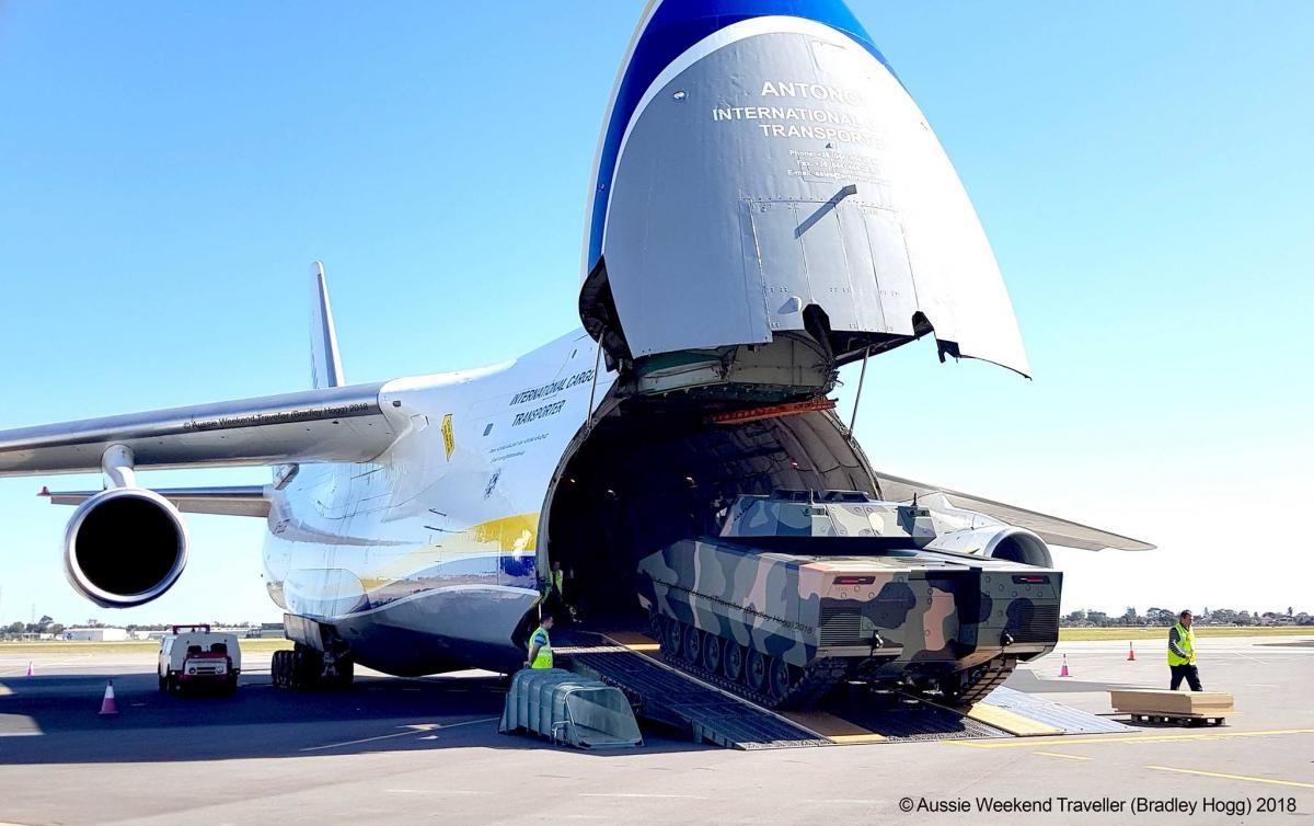 """""""Руслан"""" доставив з Німеччини доАвстраліїнімецькі військові бронемашини / фото Bradley Hogg"""