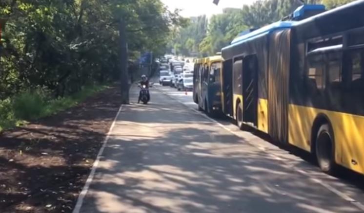В Киеве столкнулись маршрутка и троллейбус, пострадали четверо человек / скриншот