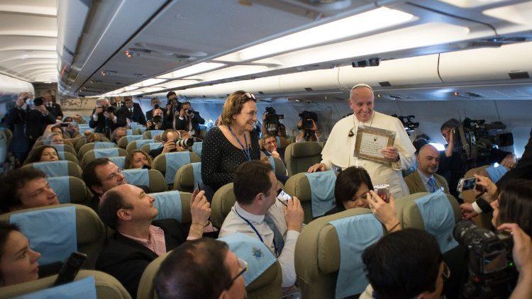 Папа Римский среди журналистов на борту самолета / vaticannews.va