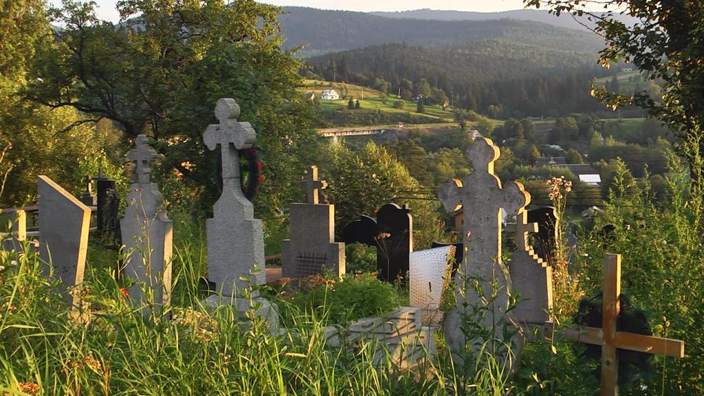 Коли місцеві копають могилу, потрапляють на останки двох чи однієї людини/ ntktv.ua