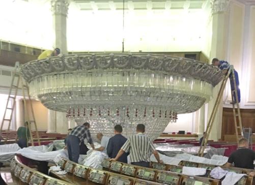 У Верховній Раді чистять люстру / фото Інформаційного управління Апарату Парламенту
