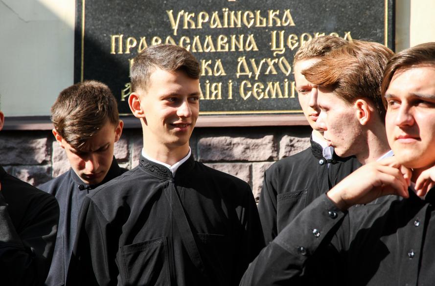 Воспитанники 1-го класса КДС получили благословение на ношение подрясников / kdais.kiev.ua