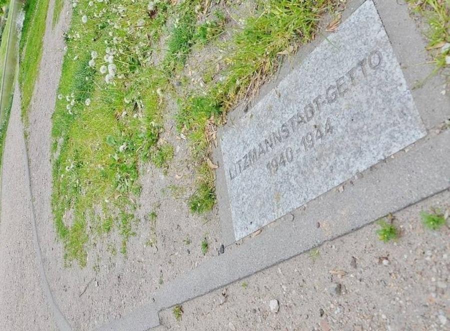 Мемориальные таблички в г. Лодзь указывают, где проходили стены гетто / livejournal.com