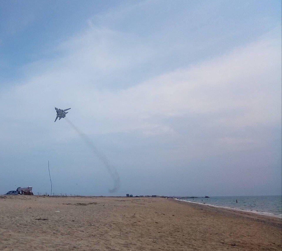Винищувач летів на невеликій висоті / фото RoksolanaToday&Крим