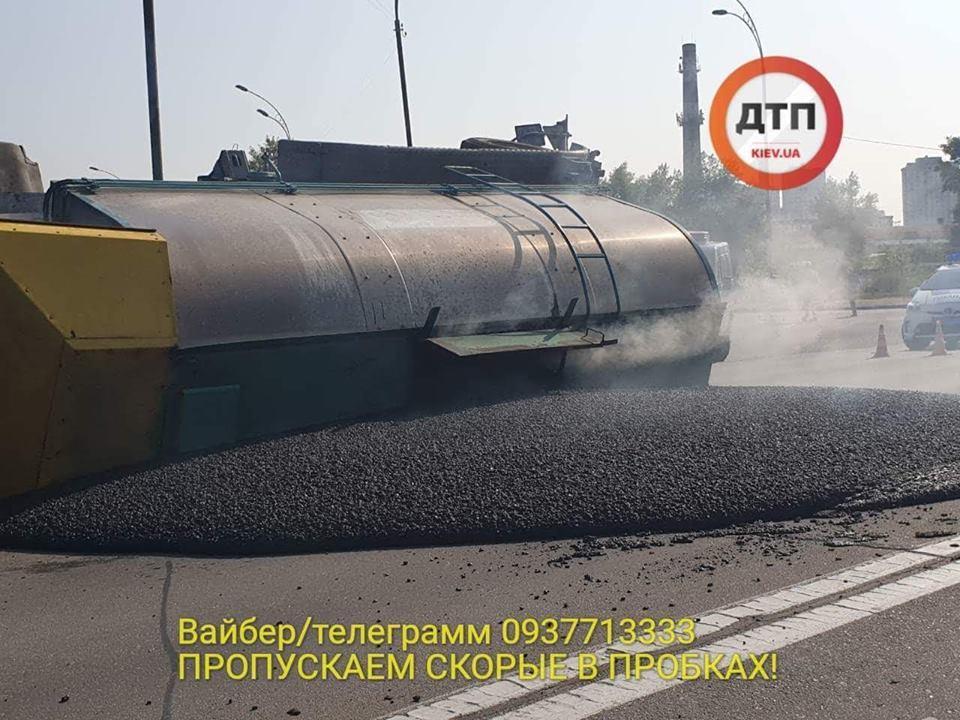 У Києві перекинулася фура з асфальтом / фото dtp.kiev.ua