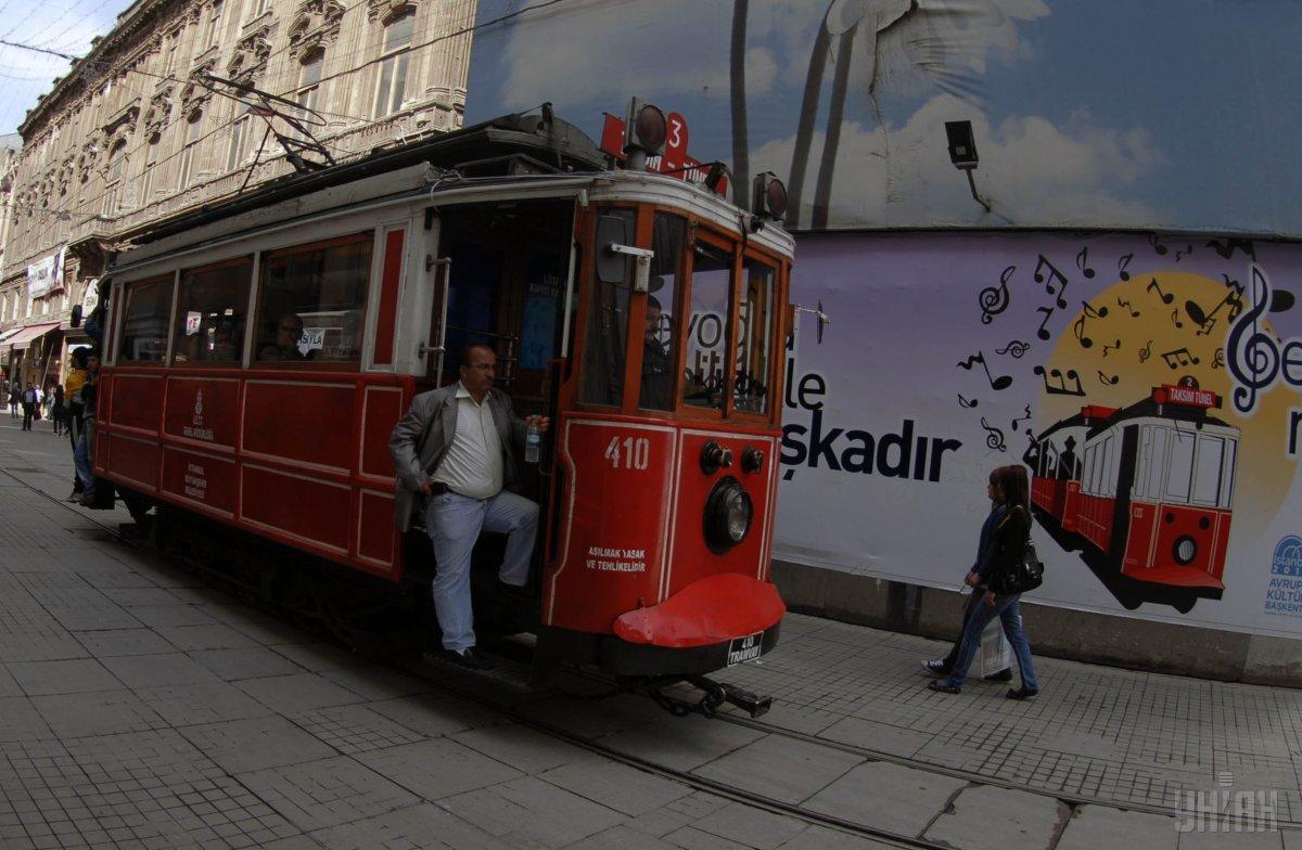 Исторический трамвай на одной из улиц в Стамбуле / Фото УНИАН