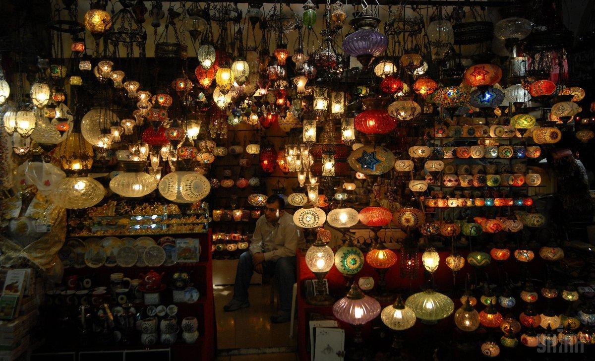 Торговля сувенирами на Крытом рынке - Гранд Базаре / Фото УНИАН
