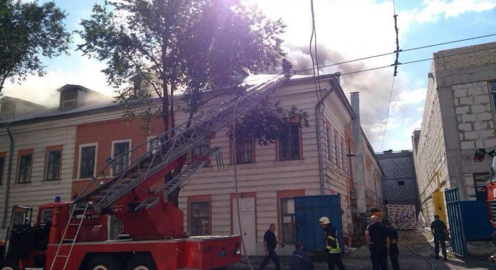 ecology.unian.ua Пожежу у центрі Харкова гасять майже 100 рятувальників   запах гару чути за декілька кілометрів (фото) db7f086f85c35