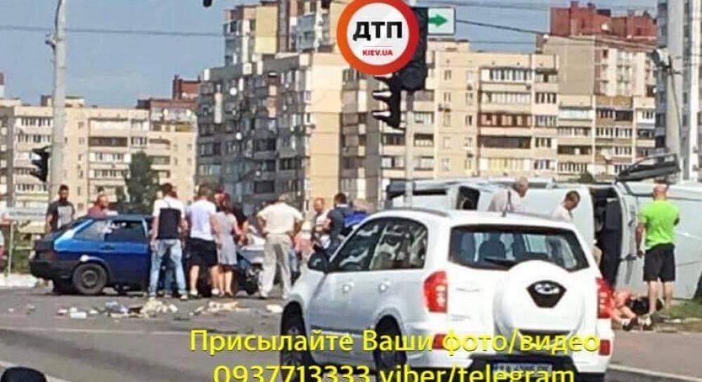 Про стан постраждалих наразі невідомо. Про це на своїй сторінці у Facebook  повідомляє dtp.kiev.ua.