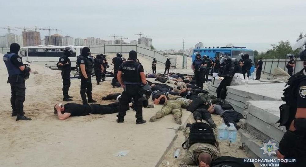 Поліція затримала близько 40 озброєних молодиків на столичних Осокорках  (фото) (4.12 18) 61e03db44d9ad