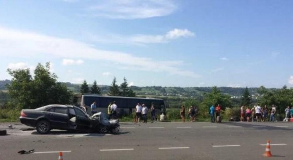 На Львівщині поблизу міста Золочів зіткнулися легковий автомобіль і  туристичний автобус сполученням
