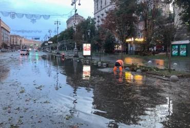 Наслідки нічної стихії в Києві: повалені стовпи, град і затоплені вулиці (фото, відео)