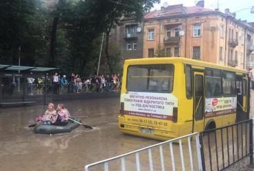 Потоп во Львове: люди добираются до затопленных машин на резиновых лодках (фото, видео)