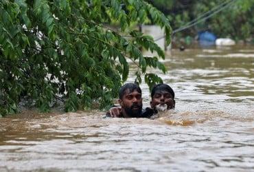 Жертвами худшего за последние 100 лет наводнения в Индии стали более 300 человек (фото)