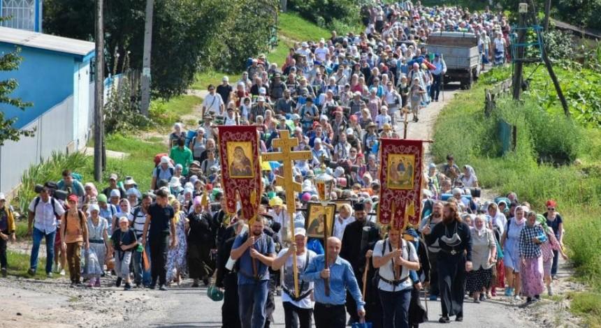 Десятки тысяч православных идут крестными ходами в Почаев