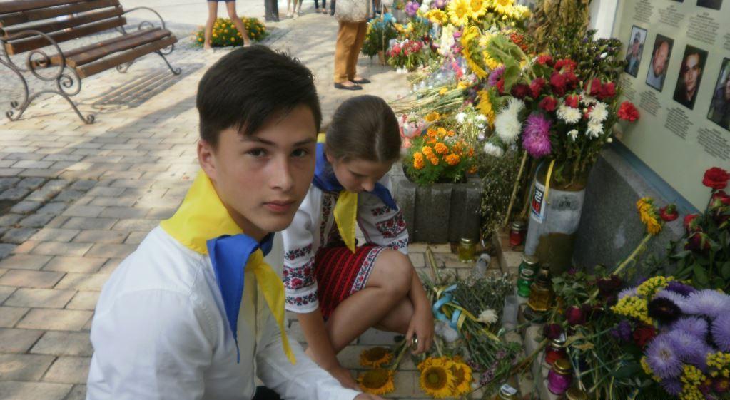 Киевские школьники почтили погибших воинов / фото Радио Свобода