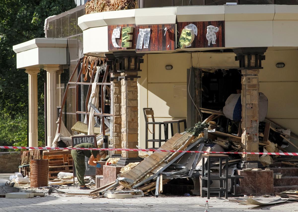 """Знищене вибухом кафе """"Сепар"""" в окупованому Донецьку / REUTERS"""