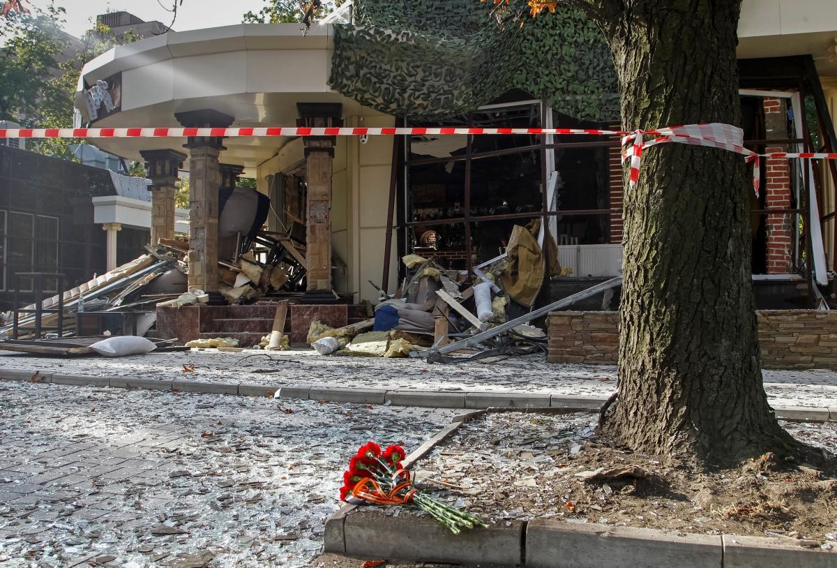 """Наслідки вибуху в кафе """"Сепар"""" в Донецьку / REUTERS"""