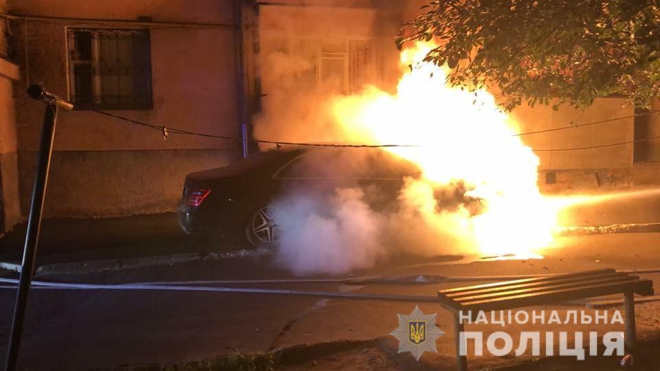 Поліцейські встановлюють причину загоряння автомобіля у Рівному / фото сайт Національної поліції