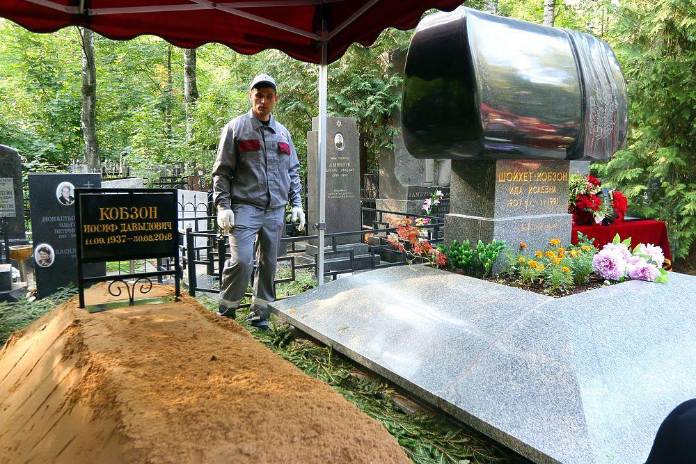 На похорон спочатку пускали тільки за перепустками / фото: «Московський комсомолець»
