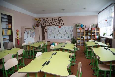 У Підволочиській ЗОШ, яка стала опорною, для першокласників повністю оновили парти, меблі, у класах зроблено ремонти / фото: прес-служба ТОДА