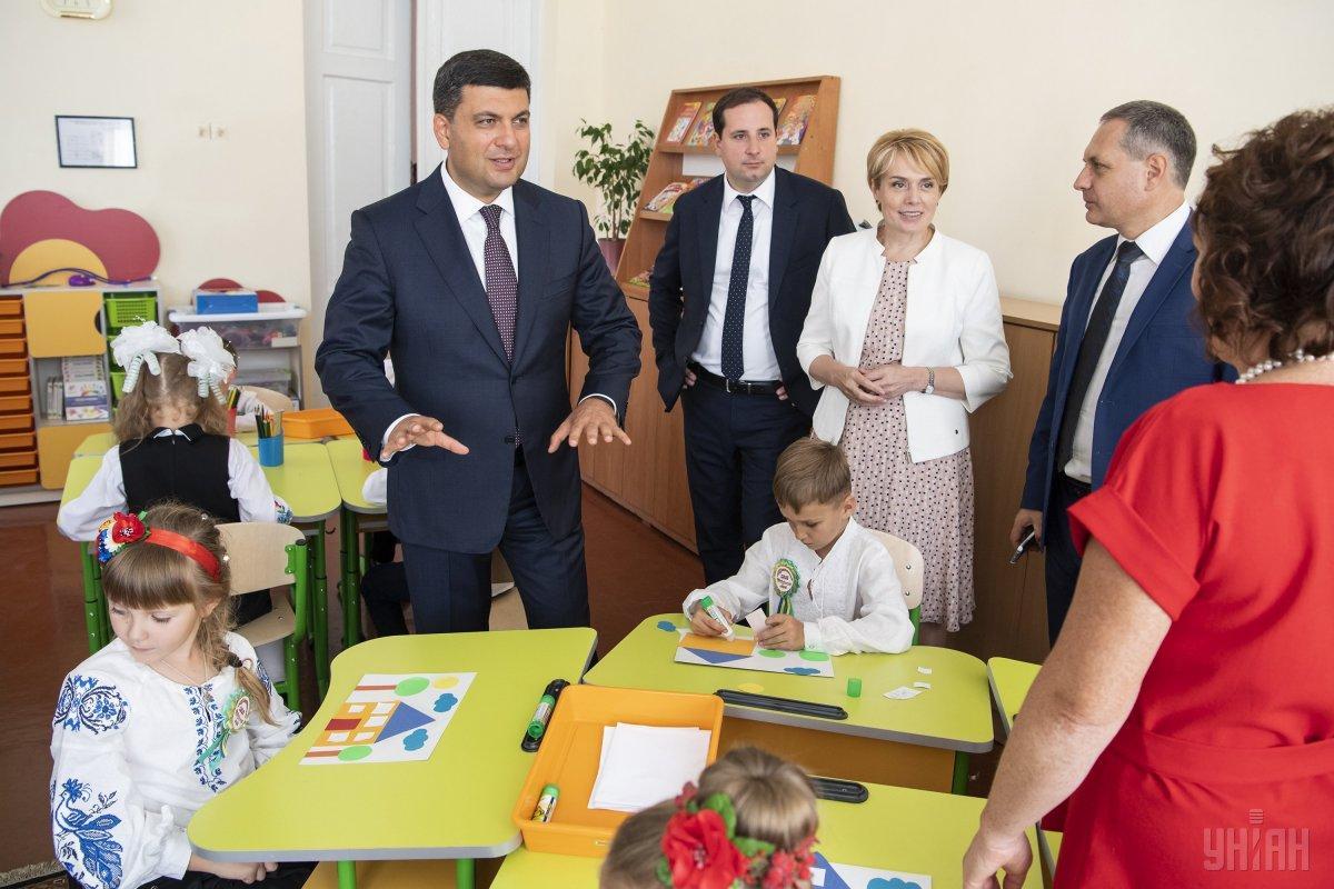Прем'єр-міністр пообіцяв підняти зарплату вчителям / фото УНІАН