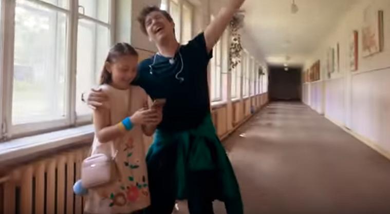 """Украинский музыкант выпустил клип на песню """"Підручник"""" / скриншот"""