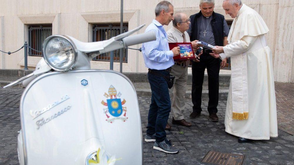 Папі Франциску подарували скутер / vaticannews.va
