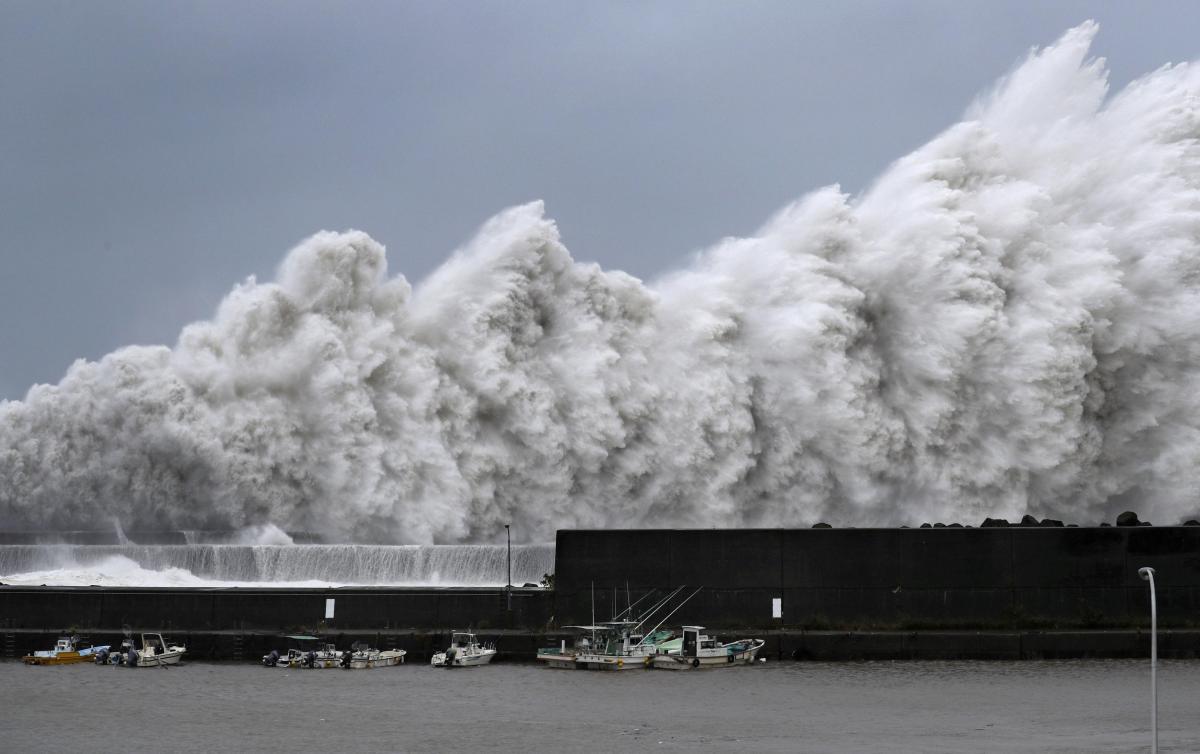 """Японію накрив тайфун """"Джебі"""" / REUTERS"""