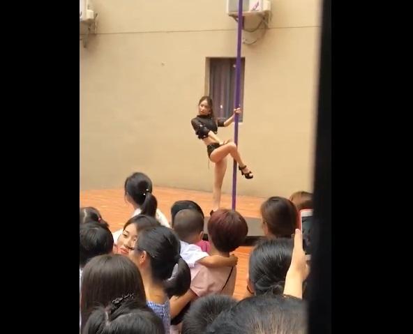 На детском празднике устроили взрослые танцы / Скриншот