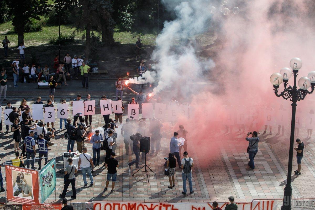 "Под Радой скандируют ""Кто заказал Гандзюк?"" / фото УНИАН"