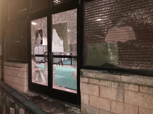 От рук вандалов пострадали окна и стеклянные двери мечети / islam-today.ru