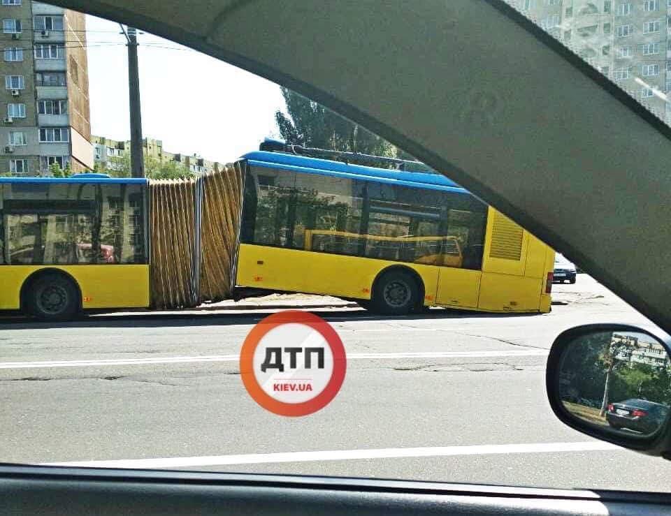 Тролейбус-гармошка переламався навпіл  / фото facebook.com/dtp.kiev.ua