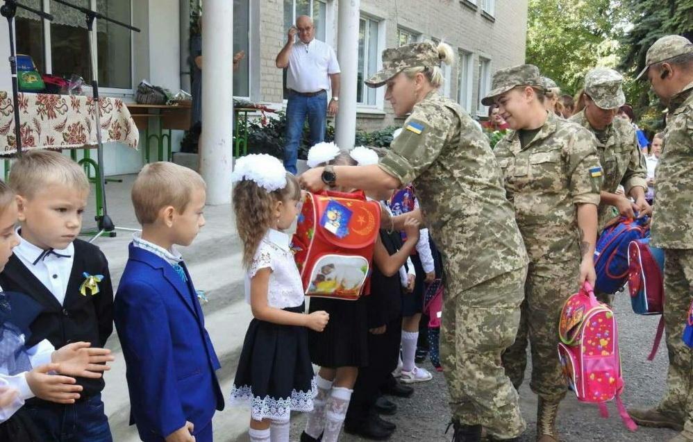 Гуманитарную помощь школьникам вручили украинские военнослужащие / eparhiya.od.ua