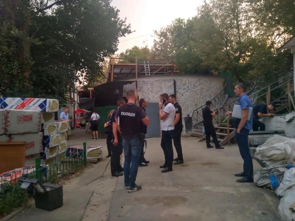 Правоохоронці спілкуються зі свідками та очевидцями події / фото facebook.com/UA.KyivPolice