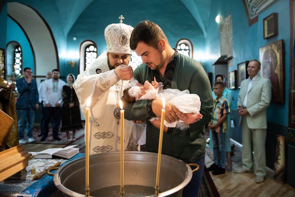 Онучку генпрокурора Юрія Луценка охрестили у Видубицькому монастирі/ facebook.com / Ірина Луценко