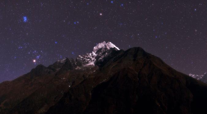 Яскрава зірка Альдебаран в сузір'ї Тельця висвітлює гору Тамсерку в Непалі / Фото National Geographic