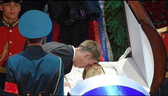 На знімку актор прикладається лобом до лоба покійного Кобзона / Instagram Олексій Панін
