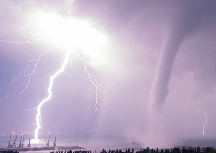 Сеть впечатлили фото ивидео смерчей вФеодосии— настоящий конец света