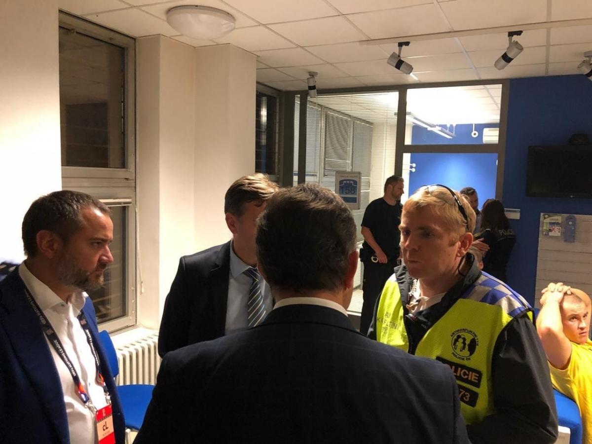 Президент ФФУ Андрій Павелко (ліворуч) особисто провів переговори з представниками поліції Чехії з приводу звільнення українських фанатів / footboom.net